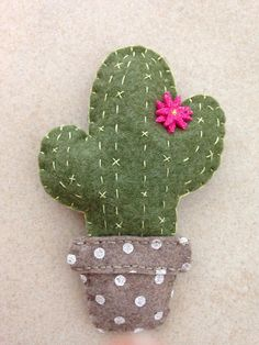 in fwltro e pannolenci seems that this is the year of cactus, and mine is a flowered one! Pare che questo sia l'anno del cactus e il mio è fiorito! Cactus Craft, Cactus Decor, Cactus Cactus, Indoor Cactus, Cacti, Felt Diy, Felt Crafts, Diy And Crafts, Handmade Ornaments