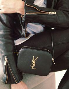Un perfecto noir, un jean skinny noir, un haut blanc et son sac noir, rien de plus efficace // www.leasyluxe.com #luxurybag #saintlaurent #leasyluxe