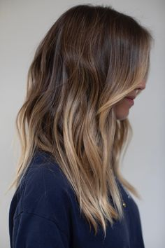 Celebrity Hair Colorist Johnny Ramirez is known as the master of Lived in Color - the natural gradation of softly composed highlights and color corrections. Surfer Hair, Honey Brown Hair, Hair Color And Cut, Brunette Hair, Great Hair, Hair Dos, Pretty Hairstyles, Dyed Hair, Hair Inspiration