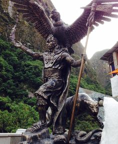 This statue of the Inca emperor Pachacuti resides in Aguas Calientes the town at the base of Machu Picchu. Photo taken by Wolf Character, Inca Empire, Aztec Art, Machu Picchu, African History, Old World, Sleeve Tattoos, Lion Sculpture, America
