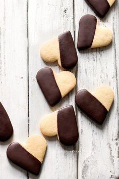 #jefoodiste #ledeclicanticlope / De jolis sablés en forme de coeur et soigneusement nappés de chocolat. Via tavolartegusto.it