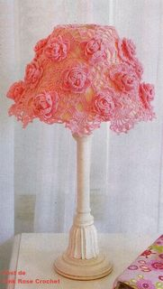 crochet lamp shade with roses Crochet Home Decor, Crochet Crafts, Crochet Projects, Diy Crafts, Love Crochet, Beautiful Crochet, Crochet Flowers, Crochet Lampshade, Crochet Stitches