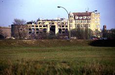 Blick vom Gelände der Philharmonie.  Das Weinhaus Huth im Vordergrund, dahinter Haus Vaterland. 1976