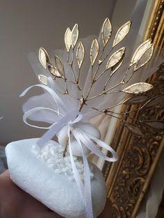 Για εσας που ψάχνεται κάτι ιδιαίτερο,μπομπονιέρες γάμου η και αρραβώνα μεταλλικό δέντρο της ζωής με φύλλα από φιλντισι!καλεστε 2105157506 Wedding Favours Luxury, Wedding Candy, Diy Wedding, Chocolate Favors, Minimalist Wedding Invitations, Sweet Bags, Greek Wedding, Baby Shower Favors, Diy Flowers