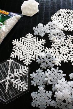 Úžasný nápad na vánoční dekoraci ze zažehlovacích korálků. Vyberte si bílé, průhledné či světle modré korálky a můžete si vytvořit krásné vločky dle své fantazie.    Zažehlovací korálky najdete zde:  http://shop.kreativnisvet.cz/Koralky/Zazehlovaci-koralky-pro-deti/    Foto z: http://www.designrulz.com/product-design/2012/11/20-natural-christmas-decorations/