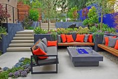 Jardines pequeños con encanto - Las nuevas tendencias para 2021 - Sloped Garden, Outdoor Furniture Sets, Outdoor Decor, Landscape Architecture, Colorful Backgrounds, Sustainability, Class Projects, Outdoor Sectional, Sectional Sofa
