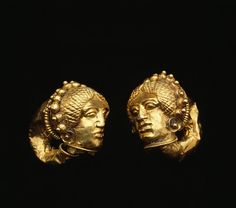Pendientes de oro etruscos, con cabeza femenina. Siglo IV a. C.