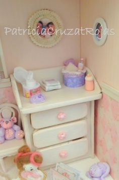 Patricia Cruzat Artesania y Color: Dormitorio Bebé Niña para Marta Dollhouse Accessories, Barbie World, Clay Creations, Shadow Box, Dollhouse Miniatures, Shabby Chic, Nursery, Dolls, Creative