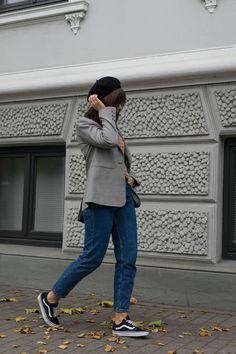 MOM JEANS OUTFIT MIT KARIERTEM BLAZER & CHANEL BROSCHE - Herbst Outfit Street Style mit Vans Old Skool Sneakern und Baskenmütze.