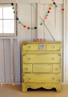 Muebles viejos renovados con pinturas de colores llamativas. ¿Os gusta hacer este tipo de DIY?