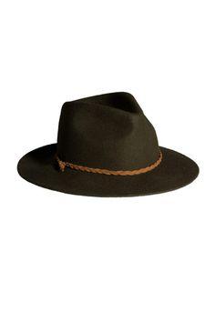 Sombrero verde caza y cuero natural de Sira Ryf www.tenestilo.com bd2c9dc63b1