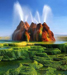 Le site de Fly Geyser dans le désert du Nevada