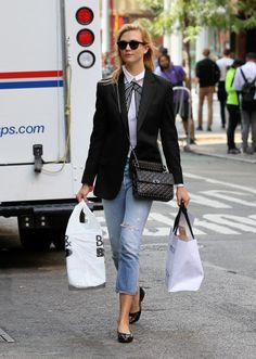 Nos encanta el look para ir trabajar de Karlie Kloss en blanco y negro con vaqueros. Seguro que tienes todos estos básicos en tu armario para construir tu propio look.