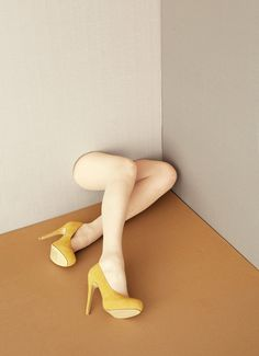 Female legs with yellow high-heel shoes, material unknown - Photographer Aisha Zeijpveld Yellow High Heels, Land Art, Mellow Yellow, Installation Art, Artsy Fartsy, Pixel Art, Art Photography, Conceptual Photography, Sculpture