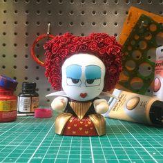 Mini Yuman como a Rainha de Copas. #rainhadecopas #rainhavermelha #filme #alicenopaisdasmaravilhas #queenofhearts #redqueen #movie #aliceinwonderland #timburton #fantasy #love #animation #disney #flowers #mad #madness #custom #vinil #art #toy #toyart #br #acrilexterapia #toyartcustom #simonedevasconcellos #universoyuman #miniyuman #diytod