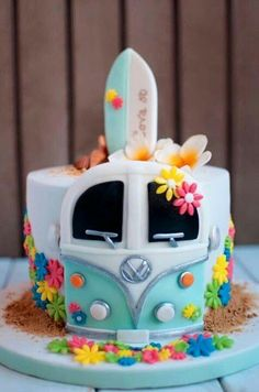 Ideas para tener una fiesta ultra Hippie Hippie-surf cake design with VW camper van, made with chocolate, cream cheese and blackberries.Hippie-surf cake design with VW camper van, made with chocolate, cream cheese and blackberries. Pretty Cakes, Cute Cakes, Beautiful Cakes, Amazing Cakes, Crazy Cakes, Fancy Cakes, Pink Cakes, Unique Cakes, Creative Cakes