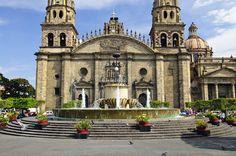 Esta es una catedral en Guadalajara. Es muy antigua. Es amado en la plaza. También es diferente a muchas catedrales.