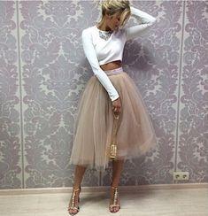 праздничная пышная юбка из фатина ниже колен бежевого цвета этого сезона