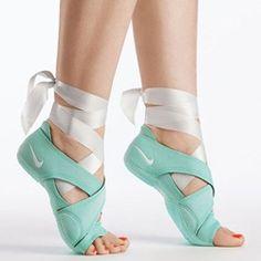 El innovador paquete Wrap Nike Studio fue diseñado para ayudarle a sacar el máximo provecho de los entrenamientos que suelen realizarse en los pies descalzos, el yoga, la danza y la barra.