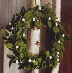 Coronas de Navidad caseras para decorar las puertas de fieltro