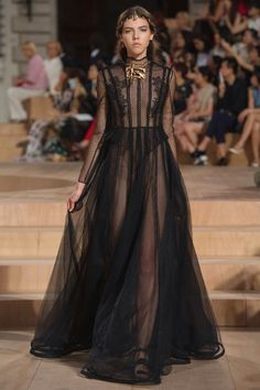 See all the Collection photos from Valentino Autumn/Winter 2015 Couture now on British Vogue Gold Fashion, Fashion Week, Runway Fashion, High Fashion, Fashion Show, Fashion Design, Haute Couture Style, Pretty Dresses, Beautiful Dresses