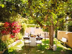 Sophisticated garden design and garden decorations To each of you, who lives in a house with an outdoor area, the garden is a lovely oasis of relaxation. Outdoor Retreat, Outdoor Spaces, Outdoor Living, Outdoor Decor, Love Garden, Garden Pool, Casa Mimosa, Garden Furniture, Outdoor Furniture Sets