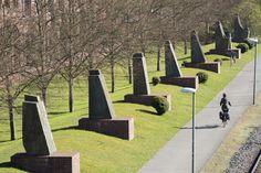 #Kiel Bei der monumentalen, mehrteiligen Skulptur vor dem Arbeitsamt handelt es sich um ein Sinnbild der Lebenszeit. Die Lebenssäule aus elf Steinblöcken mit einer goldenen Spitze und einer Höhe von rund...