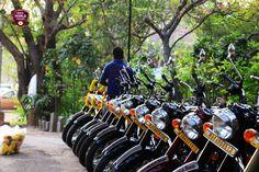 https://www.indianrides.fr/voyage-moto  Inde du sud a moto Royal Enfield, une authentique moto pour une région mythique Les Royal Enfield sont les motos les plus adaptés aux diverses routes indiennes, qui sont à elles seules une ode à la diversité. Nos motos sont régulièrement entretenus avec soin ce qui vous permet d'envisager votre circuit en Inde du sud a moto Royal Enfield sereinement.