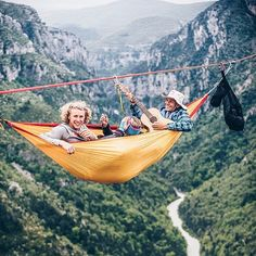 Pretty much an ultimate idea of hanging out. Nothing compares to enjoying scenic view and sing those happy song while hammockin' in altitude. Hanging Swing Chair, Hammock Swing Chair, Hanging Out, Indoor Hammock, Indoor Swing, Hammocks, Home Swing, Hammock Accessories, Life Satisfaction