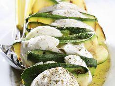 So macht auch Vegetariern der Grillabend Spaß! Mozzarella-Zucchini-Spieß - smarter - Zeit: 20 Min. | eatsmarter.de