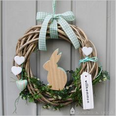 Easter is coming! Now only the perfect Easter wreath is missing! A wooden Easter bunny sits in the middle of the wreath waiting for it Bunny Crafts, Easter Crafts For Kids, Easter Table, Easter Party, Diy Wreath, Door Wreaths, Wreath Crafts, Diy Y Manualidades, Easter Holidays