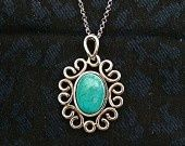 Pendentif argent et turquoise tres belle turquoise naturelle sertie argent massif. Silver pendant with turquoise.