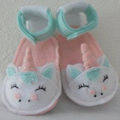 Artículos similares a Sale- Felt Unicorn Baby Sandals- Pink and Mint Felt Unicorn Baby Sandals- Buy 2 Get 1 Free en Etsy Felt Baby Shoes, Baby Girl Shoes, Girls Shoes, Accessoires Barbie, American Doll Clothes, Baby Clothes Patterns, Trendy Baby Clothes, Crochet Baby Booties, Crochet Hats