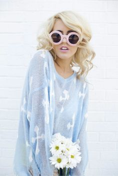 Whimsical Round Sunglasses and a bouquet  of daisies.  LOVE