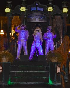 The Haunted Mansion Hitch Hiking Ghosts from the Mickey's Not-So-Scary Halloween Party Boo-To-You Parade! Photo by Marc Lorenzo Haunted Mansion Halloween, Disneyland Halloween, Halloween Parade, Halloween Horror, Halloween Ideas, Happy Halloween, Walt Disney World Orlando, Disney Parks, Disney Style