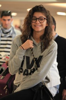 Zendaya Arriving at LAX airport Mode Zendaya, Zendaya Hair, Zendaya Outfits, Zendaya Style, Zendaya Coleman, Celebrity Crush, Celebrity Style, Celebrity Couples, Jean Jackets