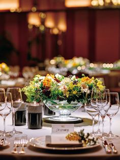 パーク ハイアット 東京(Park Hyatt Tokyo) Table Coordinate イエローとグリーンがみずみずしさを引き出して Table Setting Inspiration, Grand Hyatt, Table Arrangements, Floral Arrangements, Elegant Table, Wedding Coordinator, Hotel Wedding, Flower Centerpieces, Banquet