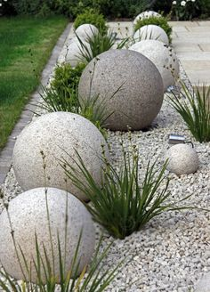 These cool and unique DIY Garden Globes are a bold statement for the modern garden room but can be s Unique Gardens, Amazing Gardens, Beautiful Gardens, Front Garden Landscape, Front Yard Landscaping, Landscaping Ideas, Small Front Gardens, Garden Globes, Garden Deco