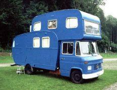 camping-car Mercedes avec caravane installée sur chassis, plus une autre caravane en capucine