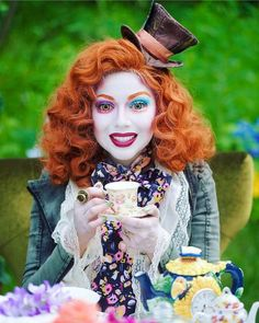 Are you looking for ideas for your Halloween make-up? Check out the post right here for cute Halloween makeup looks. Halloween Cosplay, Easy Halloween, Cosplay Costumes, Disney Halloween Makeup, Halloween Makeup Looks, Red Hair Halloween Costumes, Tim Burton Halloween Costumes, Mad Hatter Halloween Costume, Alice Halloween
