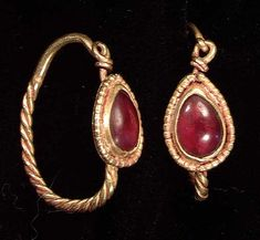 4538. A PAIR OF ROMAN GOLD EARRINGS, ca. 2nd-3rd century AD. With twisted gold wires set with garnets in granulated setting. 19 mm.