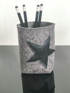 Edler dunkelgrauer Stiftebecher aus Wollfilz mit Stern - Applikation in schwarz aus echtem Fell!