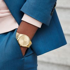 When SKIN and Irony meet, be ready to eternize every moment. The golden SKINLINGOT is a slim and polished stainless steel watch, with a lustrous sun-brushed golden dial and a subtle chocolate print - SWATCH SKINLINGOT - collection: Swatch Skin Irony - Watch movement: Quartz - Watch color: Gold