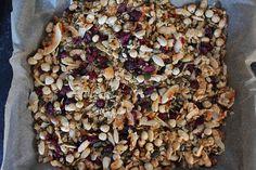 Granola met amandelen, hazelnoten, kokossnippers, cranberries en pompoenpitten. Te lekker!