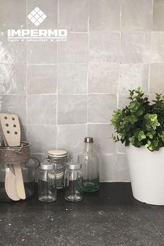 Witte zellige, handgemaakte Marokkaanse tegel, in een keuken   White zellige, Moroccan handmade tile in a kitchen #keuken #wandtegels #zellige #handmadetile #kitchen #walltiles #moroccantiles