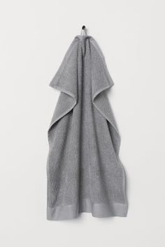 Fast-drying hand towel in soft, highly absorbent cotton terry. Hanger loop on one short side. Series includes towels in several different sizes. Guest Towels, Hand Towels, World Of Fashion, Fashion News, H & M Home, Pink Patterns, Green Pattern, Trendy Colors