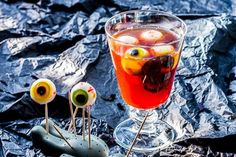 Un cocktail spécial halloween à base de framboise avec des un tuto pour réaliser des yeux gélifiés.