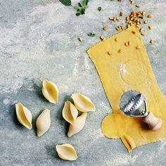 Zelf pasta maken is een eitje. Het enige dat je nodig hebt is meel, eieren en wat water.Om pasta te maken werk je met eenverhouding van 100 gram meeltegenover 1 groot ei. Tipo 00 is eenzeer fijn gemalen meel – perfectvoor...