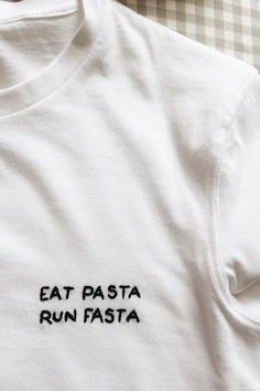 Spaß essen Pasta Run Fasta 5 Minuten DIY Stickerei T-Shirt Foto ist super! Ich sah Fun Food Pasta Run Fasta 5 Minutes DIY Embroidery T-Shirt Photo is Great! Broderie Anglaise Fabric, Embroidery Patterns, Hand Embroidery, Embroidery Stitches, Diy Embroidery Shirt, Tumblr Embroidery, Vintage Embroidery, Funny Embroidery, Embroidered Shirts