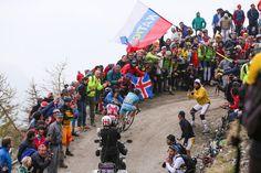 観客が鈴なりになったフィネストレ峠を突き進むミケル・ランダ(スペイン、アスタナ): photo:Kei Tsuji